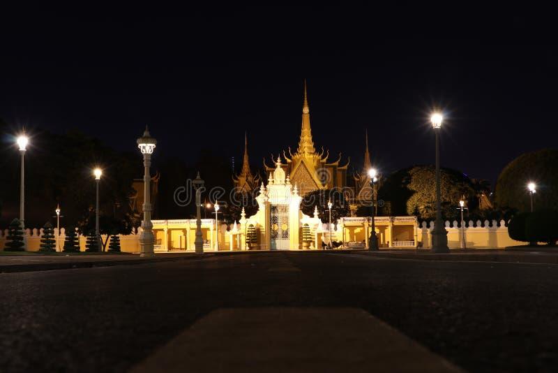 前面区域奥斯陆王宫,Preah Barum Reachea Veang Nei Preah Reacheanachak柬埔寨夜景在金边,柬埔寨 免版税库存图片