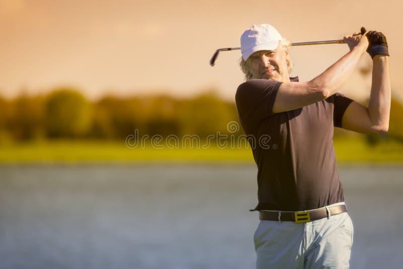 从前面的男性资深高尔夫球运动员 免版税库存图片