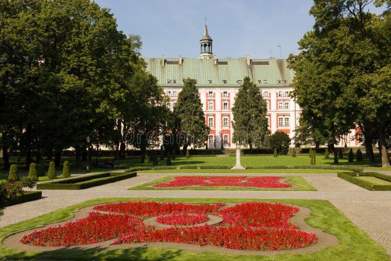 前面的阴险的人学院&肖邦公园。 波兹南。 波兰 库存图片