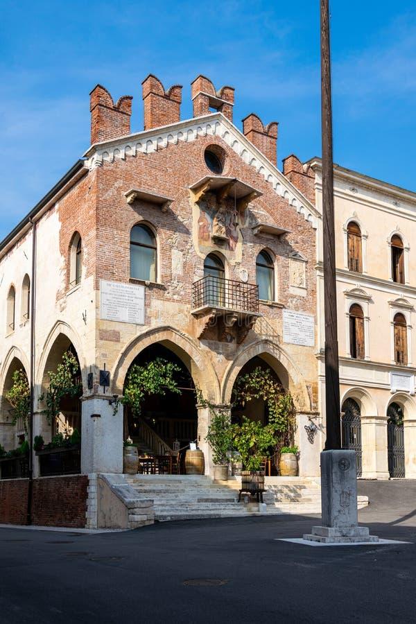 前Palazzo di Giustizia大厦在广场小山谷'天线,现在酒铺或Enoteca 免版税库存图片
