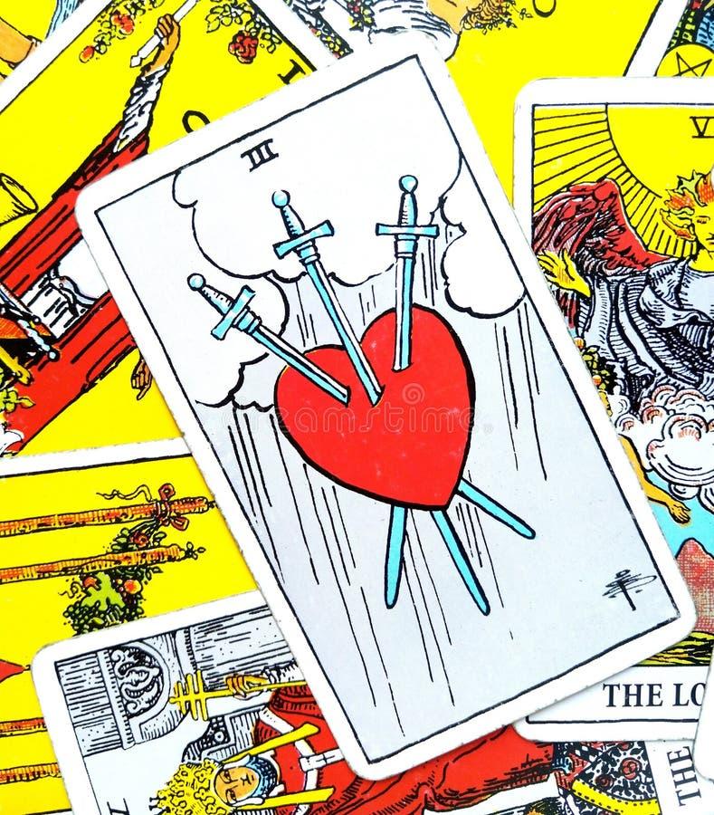 3剑占卜用的纸牌伤心欲绝撕毁痛苦深刻的悲伤 免版税库存照片