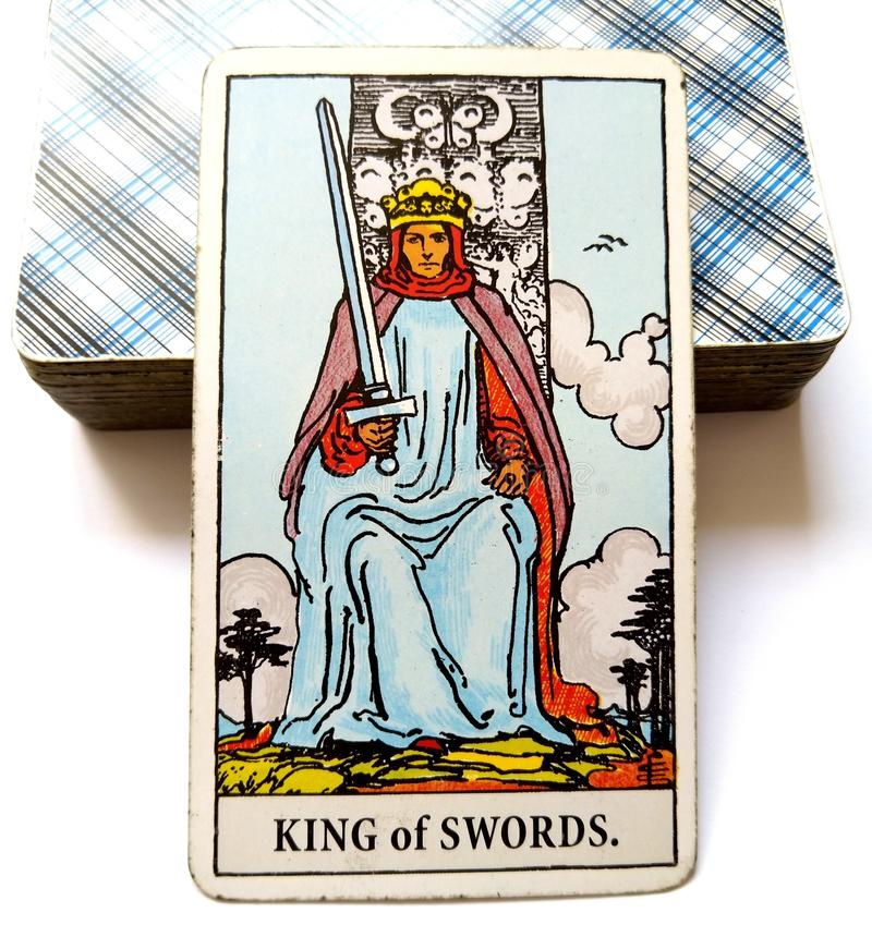 剑占卜用的纸牌道德概念方式通信交谈辩论发言人观点精神学科原因的国王 库存图片