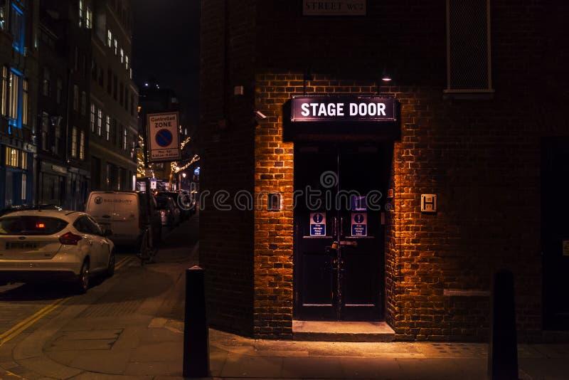 剑桥剧院的后台入口在谢尔顿街上的,在科文特花园 夜场面和氖颜色 库存图片