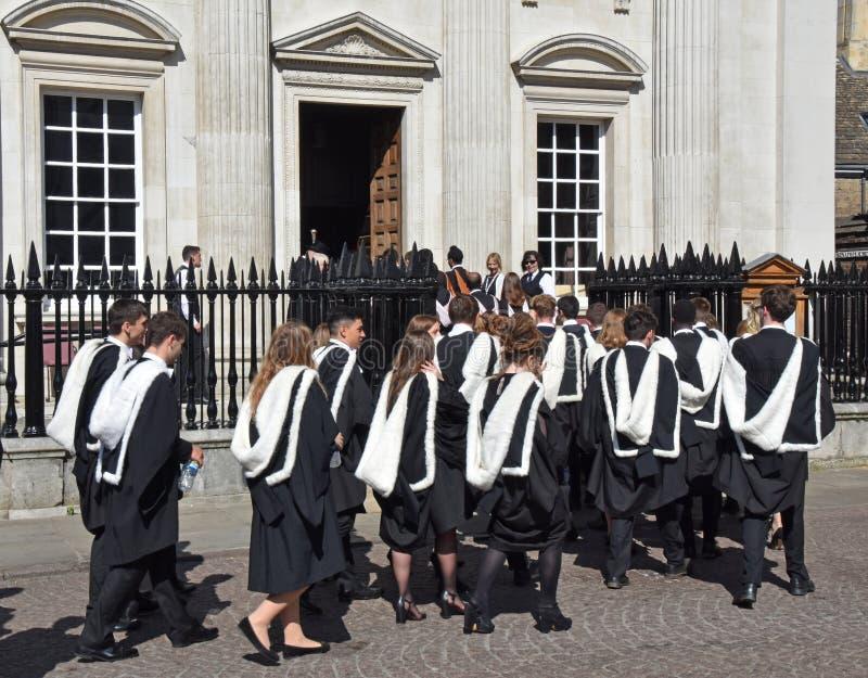 剑桥英国2018年6月27日,大学生归档入参议院 图库摄影
