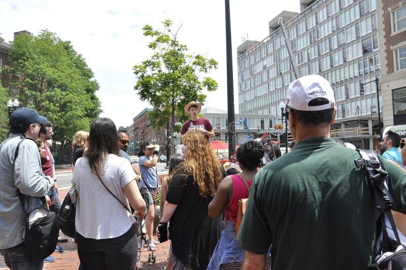 剑桥麻省, 6月30日:哈佛学生在从剑桥的哈佛广场引导小组街市在Massachusettes国家的美国 库存照片