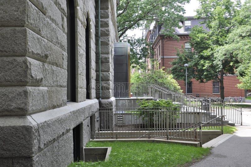 剑桥麻省, 6月30日:霍尔从哈佛校园的大厦入口剑桥Massachusettes国家的美国 图库摄影