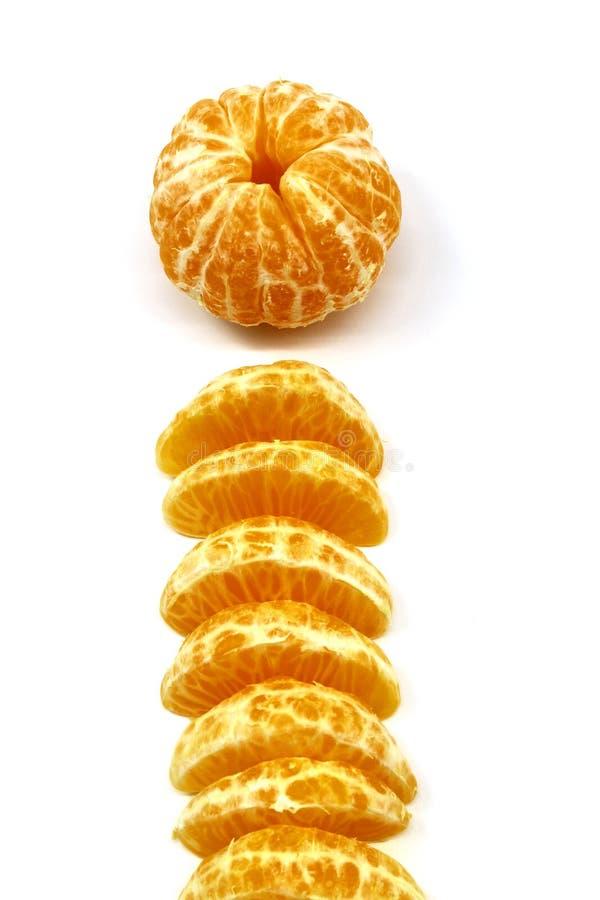 剥了与切片的新鲜和成熟蜜桔在中心 库存照片