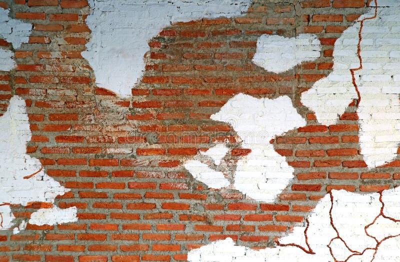 剥变老的赤土陶器砖墙的白色油漆 图库摄影