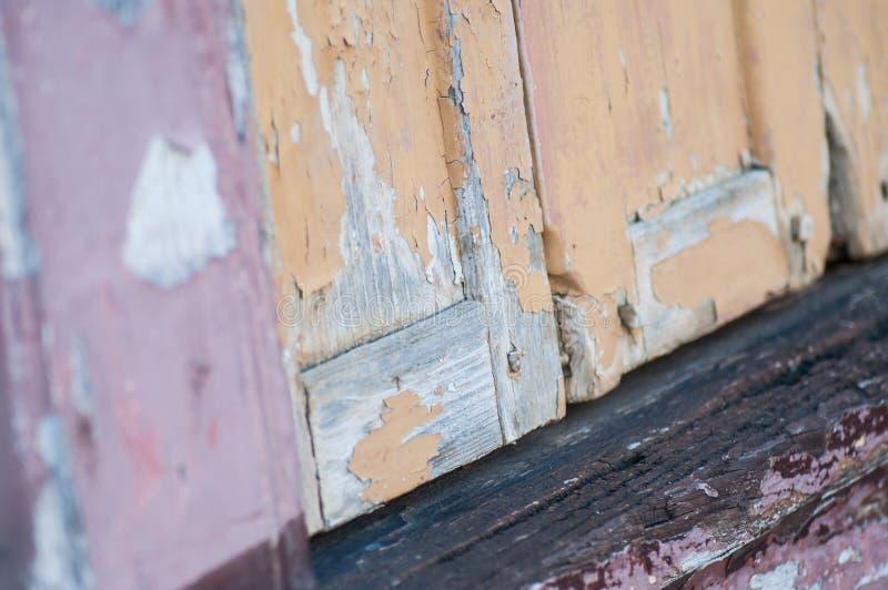 剥在古老木快门的油漆 库存图片