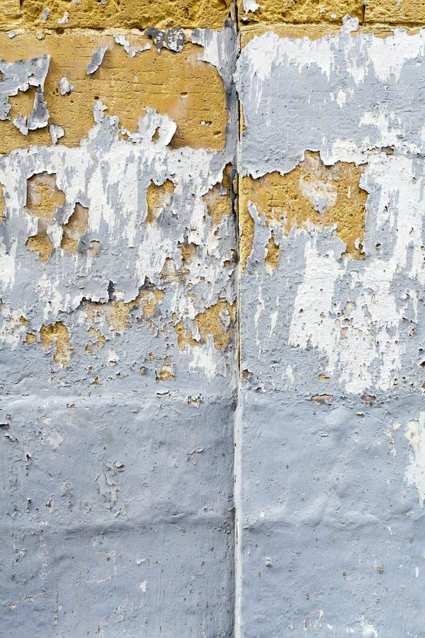 剥在石灰石砖的灰色油漆 库存照片