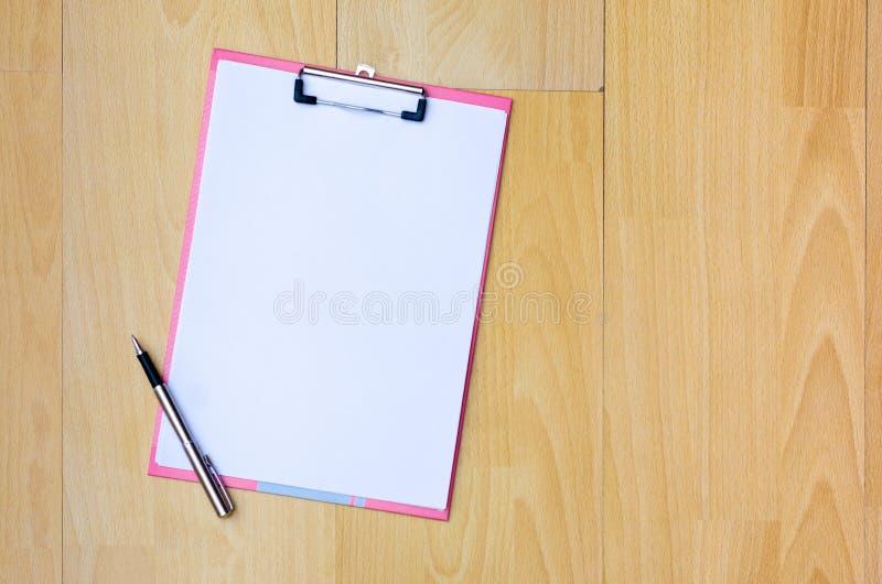 剥皮在书桌区域空间的位置空间输入文本 大模型咖啡杯,笔在白色桌木头安置的便条纸 免版税库存图片
