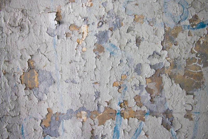 剥落白色肮脏的膏药墙壁有破裂的结构水平的空的难看的东西背景 有粗砺的老灰色灰色灰浆墙壁 库存照片