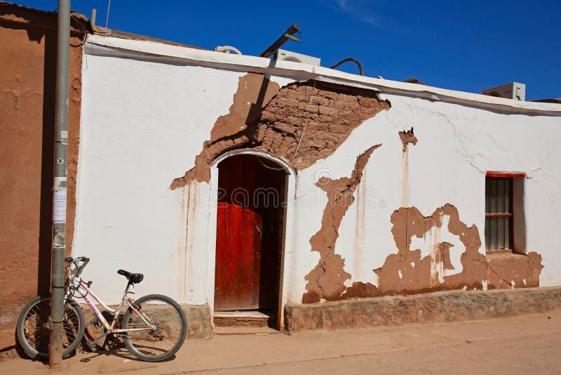 剥落老大厦和一辆自行车在圣佩德罗,智利 库存照片