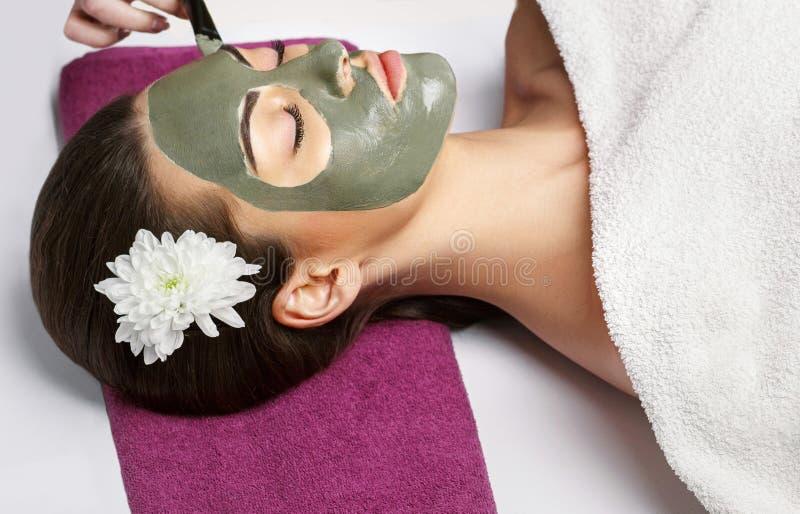剥面具,温泉秀丽治疗,skincare的面孔 妇女得到 免版税库存图片