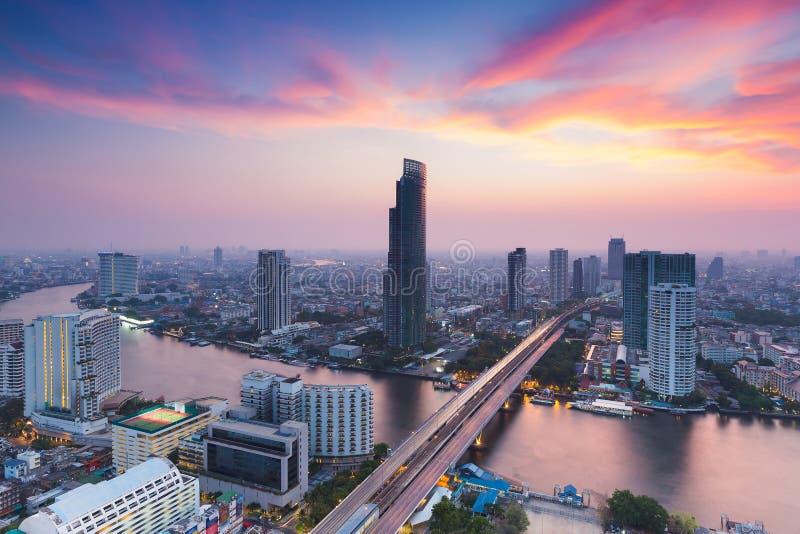 剧烈在日落天空以后,鸟瞰图曼谷市河弯曲了 库存照片