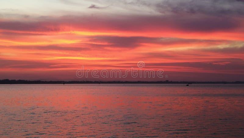 剧烈天空和反射微明在海 免版税库存照片
