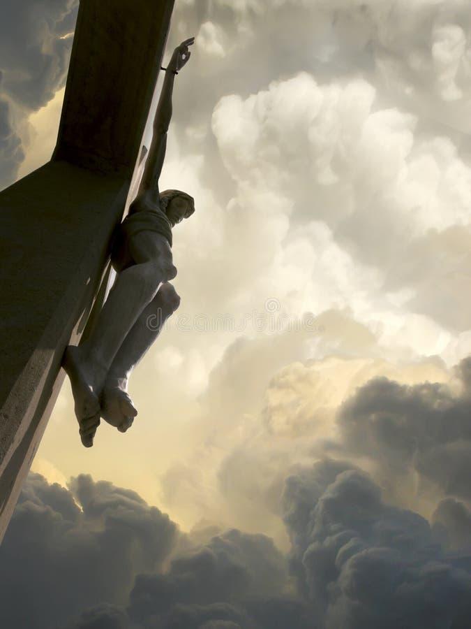 剧烈的云彩和天空与耶稣十字架的 库存图片