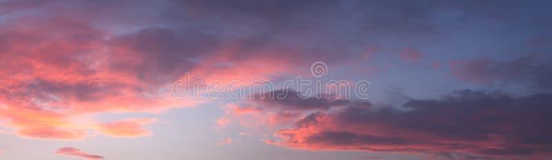 剧烈的五颜六色的黎明/黄昏天空,与乌云,全景背景 免版税库存照片