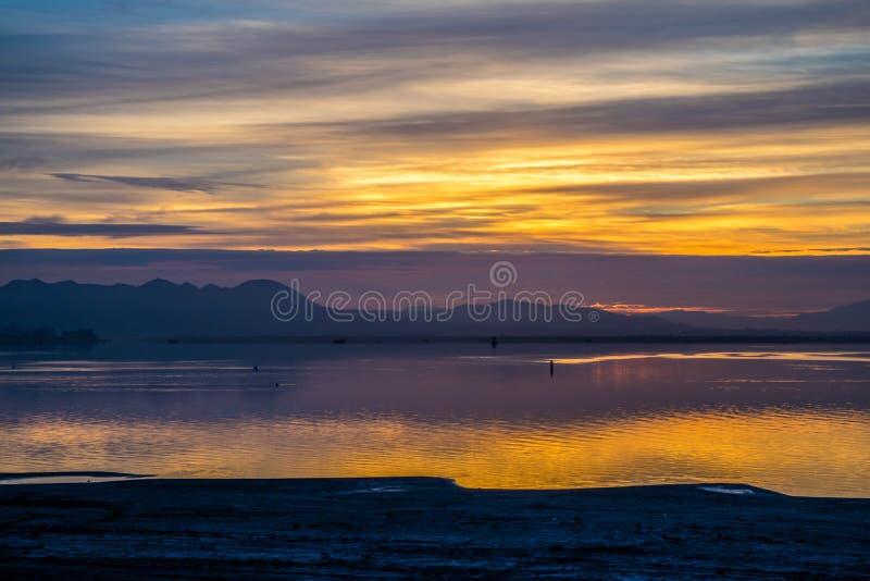 剧烈的充满活力的日落风景在湖Elsinore,加利福尼亚 免版税库存照片