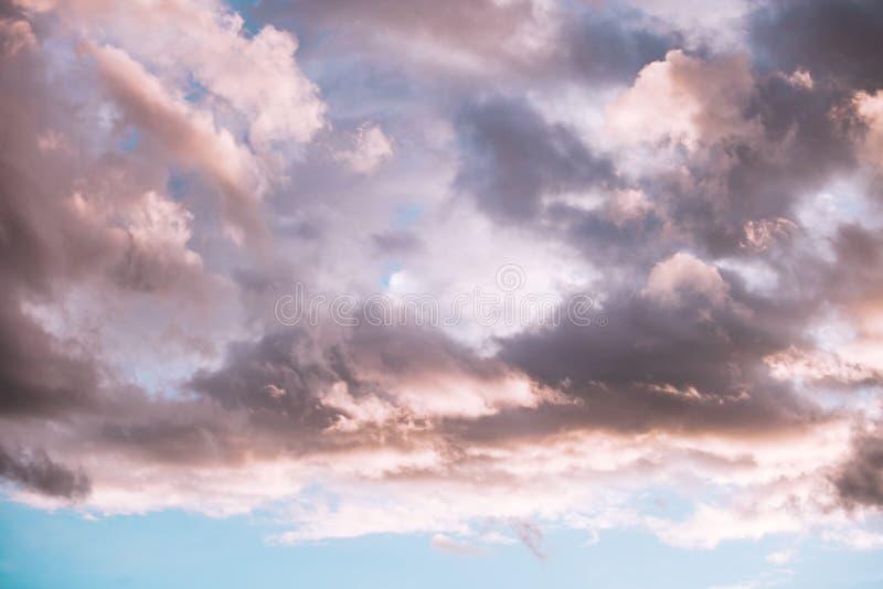 剧烈的冬天cloudscape背景 免版税库存图片