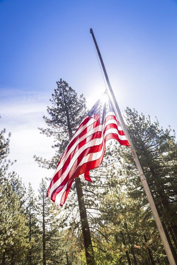 剧烈的半帆柱美国国旗 免版税库存图片