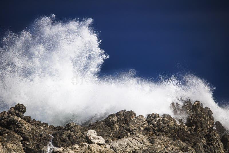 剧烈的大风雨如磐的碰撞的波浪飞溅 Kleinmond,西开普省,南非 免版税图库摄影