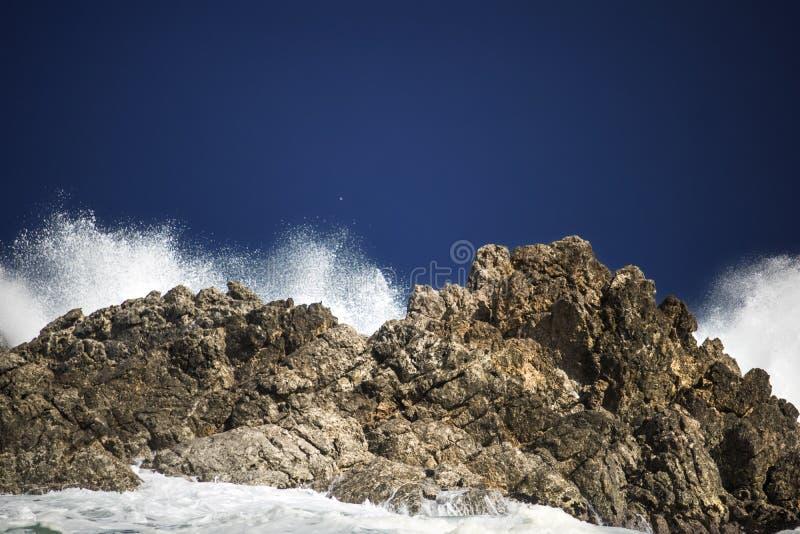 剧烈的大风雨如磐的碰撞的波浪飞溅 Kleinmond,西开普省,南非 库存照片