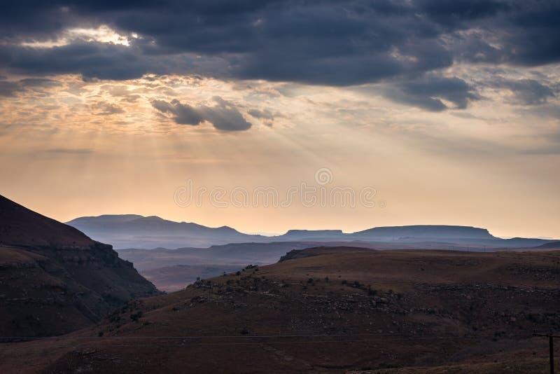 剧烈的天空、暴风云和发光在谷、峡谷和庄严金门高地Na的桌山的太阳光芒 免版税库存照片