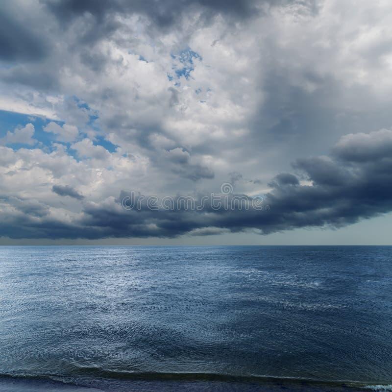 剧烈的天空使海变暗 免版税库存照片