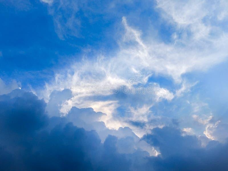 剧烈的天空和风雨如磐的云彩在天空蔚蓝 免版税库存照片