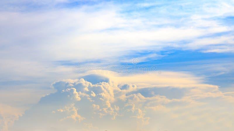 剧烈的天空蔚蓝和云彩在日落或平衡时间 库存照片