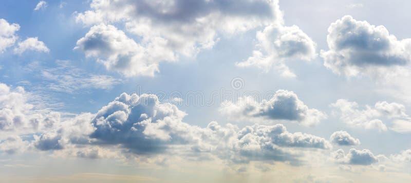 剧烈的天空蔚蓝和云彩在日落或平衡时间 免版税库存照片