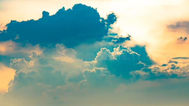 剧烈的天空蔚蓝和云彩在日落或平衡时间 免版税库存图片