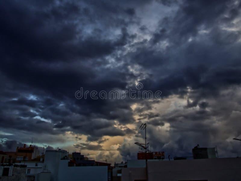 剧烈的天空,金黄美丽的天空黑暗和 免版税库存图片
