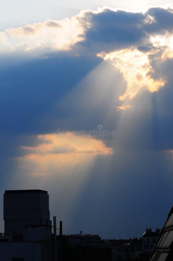 剧烈的太阳发出光线/放光并且覆盖在弗罗茨瓦夫市,波兰2018年5月 免版税图库摄影