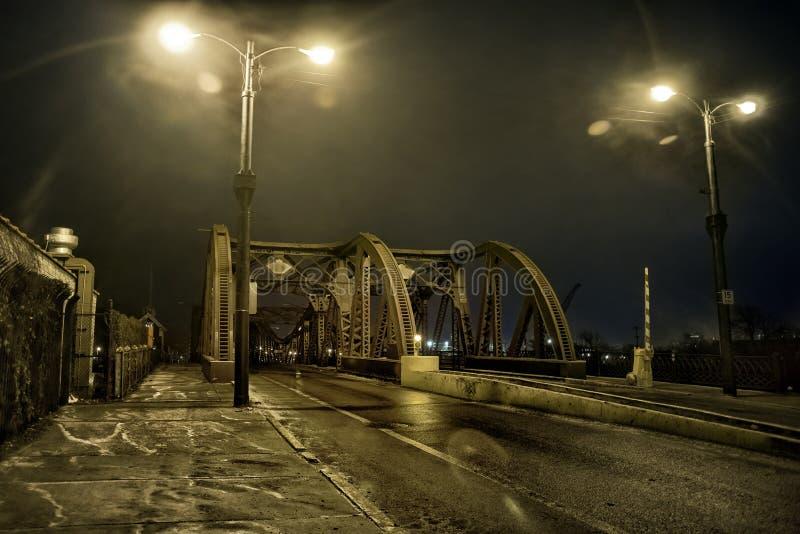 剧烈的工业葡萄酒河路桥梁在晚上 免版税库存图片
