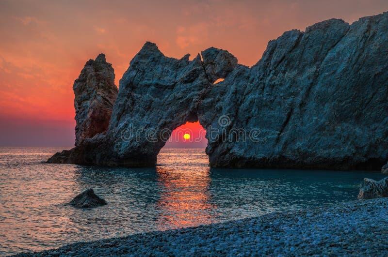 剧烈的日出在斯基亚索斯岛, Lalaria在希腊 库存照片