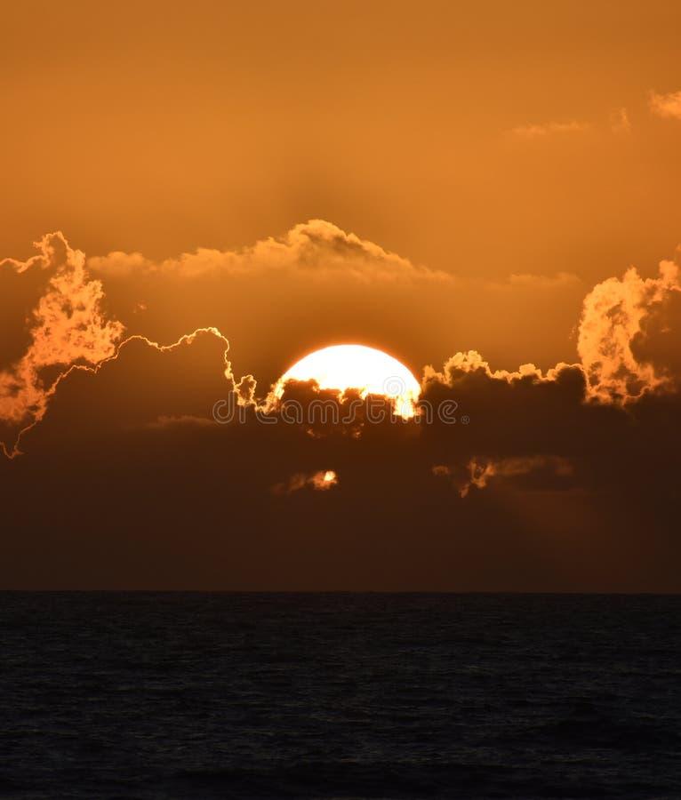 剧烈的日落和日出在热带佛罗里达沿海海滩和海洋  免版税库存图片