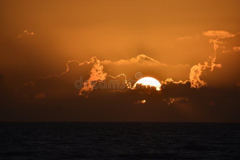 剧烈的日落和日出在热带佛罗里达沿海海滩和海洋  库存图片