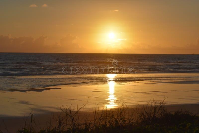 剧烈的日落和日出在热带佛罗里达沿海海滩和海洋  图库摄影