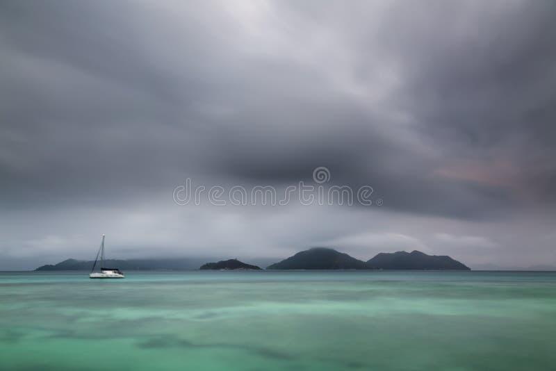 剧烈的普拉兰岛晚上视图,塞舌尔群岛 免版税库存图片