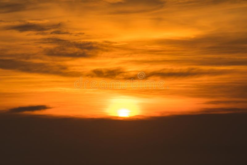 剧烈的蓝天和云彩在日落或晚上时间 免版税库存图片