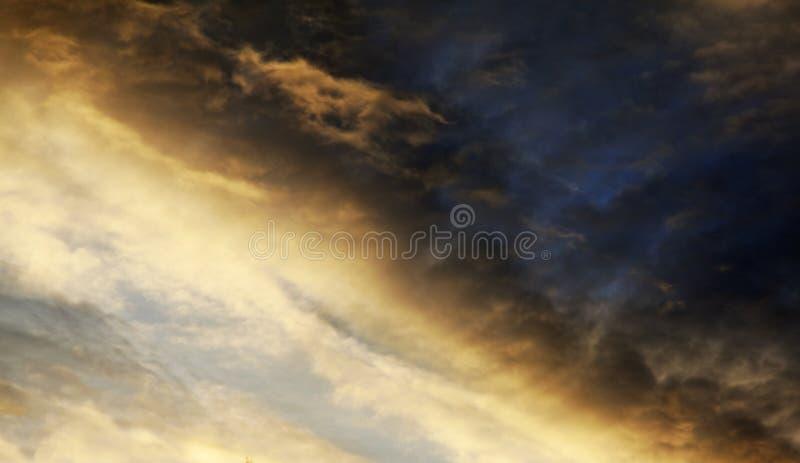 剧烈的雨和风暴天空在于默奥,Rodback 库存图片