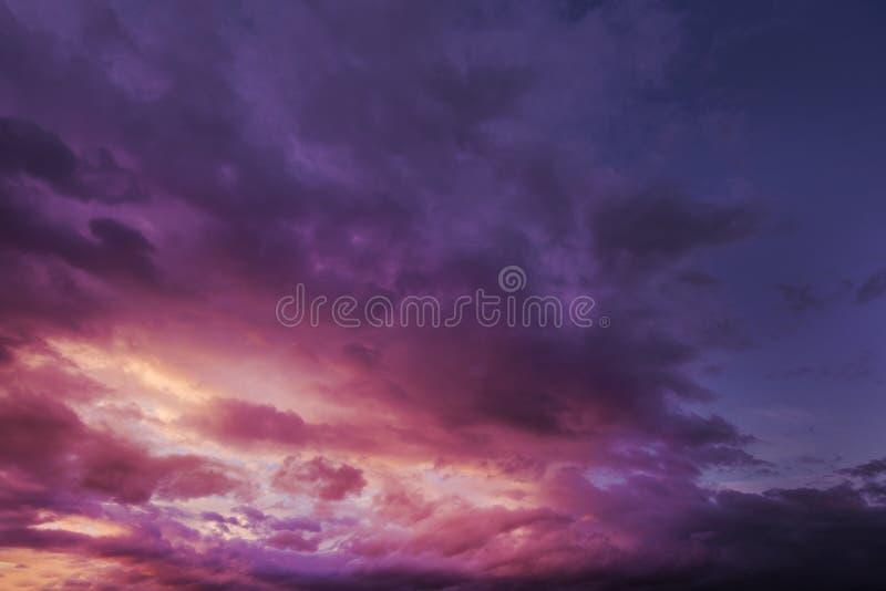 剧烈的黑暗的多云风雨如磐的天空在晚上 免版税库存图片