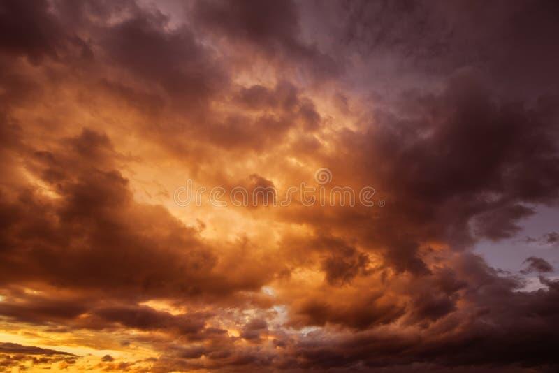 剧烈的黑暗的多云风雨如磐的天空在晚上 图库摄影