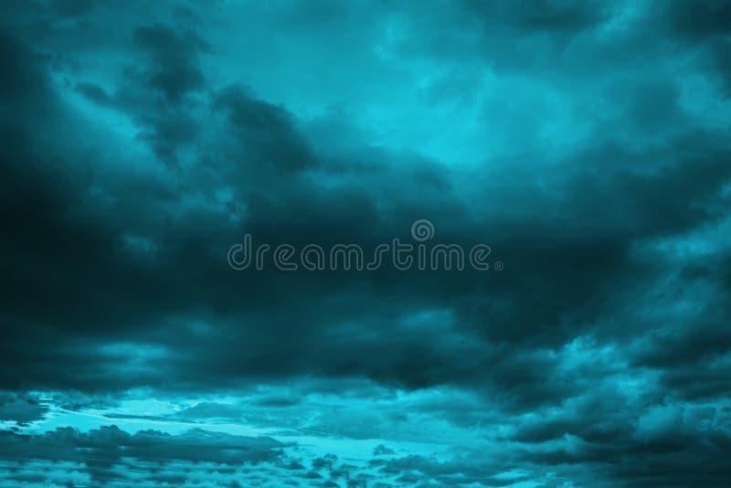 剧烈的黑暗的多云风雨如磐的天空在晚上 库存照片