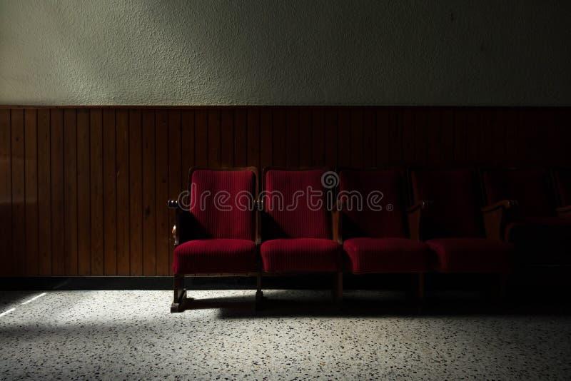 剧院椅子,现在被放弃 免版税库存图片