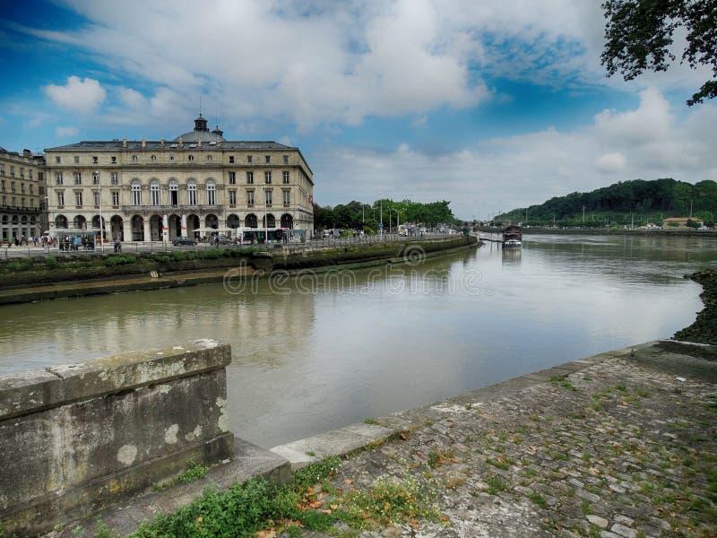 剧院正方形和尼夫河河在巴约讷,法国 库存图片