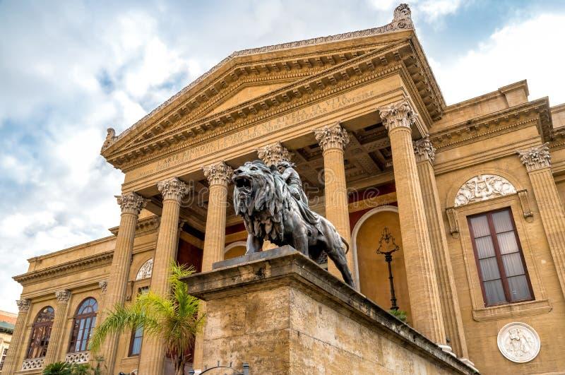 剧院马西莫有狮子雕象的维托里奥Emanuele的前面在巴勒莫,意大利 免版税库存图片