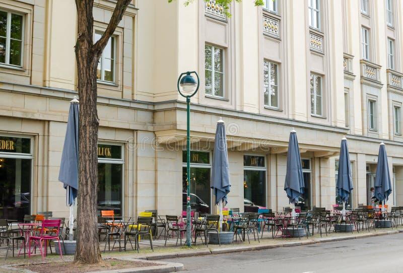 剧院Schauspiel在莱比锡,德国 在墙壁和空的早晨餐馆之外看法在底层上 免版税图库摄影